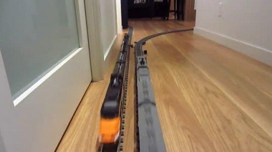 მთელ სახლში მატარებლის ლიანდაგები აქვს