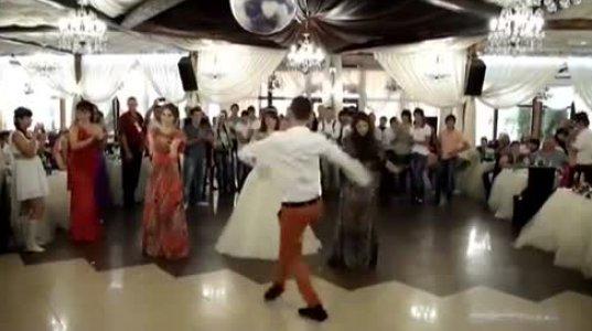 """ქართველმა ბიჭებმა """"გააშტერეს"""" რუსები ქორწილში აჭარულის ცეკვით"""