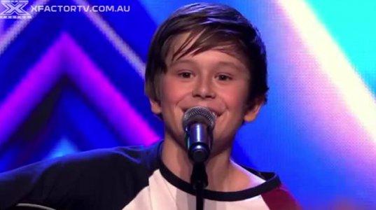 ჟიური მაგიდაზე ავიდა ისე იმღერა პატარა ბიჭმა