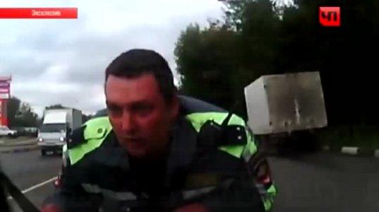 პოლიციელი კაპოტზე