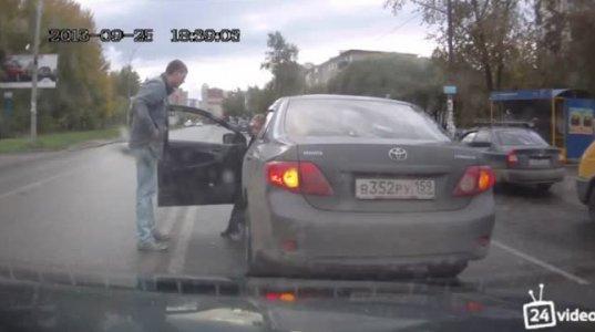 """ქალი კი არა """"ქაჯი"""" მართავს  მანქანას და რაც მოეპრიანება იმას აკეთებს."""