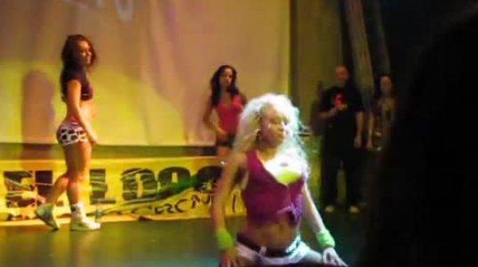 გოგო ძალიან მაგრად ცეკვავს